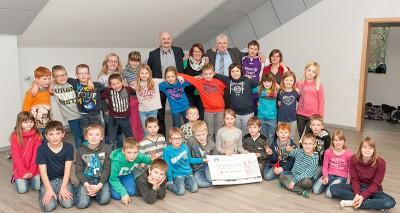 Bürgermeister Fritz Berends überreicht mit seinen Stellvertretern Hannegret Scholten und Jan Harms-Ensink die Spende an Jugendpflegerin Henrike Hoegen (hinten rechts)